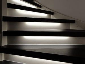 trap met led verlichting wit zwart
